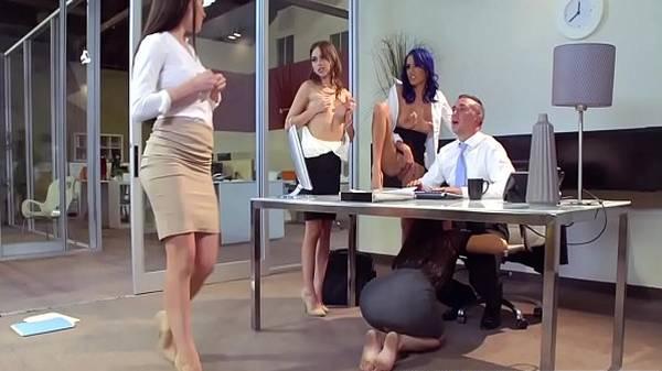 4 Mulheres novinhas gostosas da empresa dando prazer pro patrão