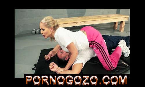 A treinadora loira dominante Julia Ann consegue uma boa foda profunda com Aluno PornoGozo