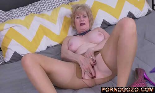 Amadoras coroas safadas donas de casa exibindo lingerie sexy e tocando