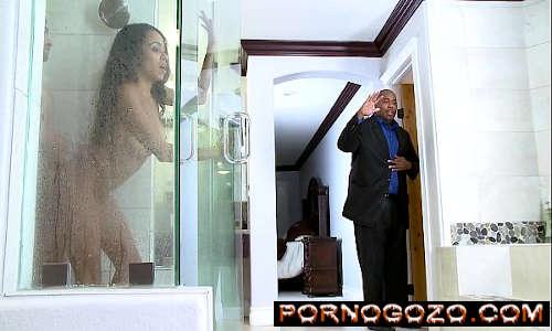 Anya Ivy é fodida no chuveiro escondido PornoGozo