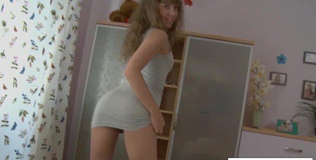 Arrombando o cú da novinha após tirar o vestidinho colado da puta