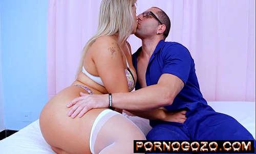 Atriz gostosa brasileira loiraça bitela de lingerie branca seduz homem casado PornoGozo