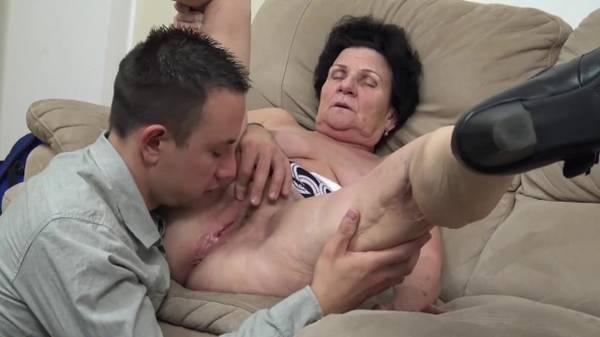 Avó safada abrindo o bucetão grande pro amigo do neto novinho no sofá