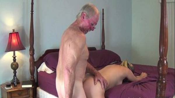 Avôzinho masturba a neta novinha de shortinho e mete nela de quatro