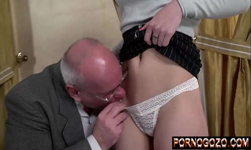 Avo comendo a neta após metendo a mão na sua buceta de calcinha branca