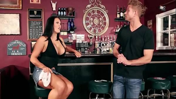 Barman feminina deliciosíssima aliviando o estresse trepando com cliente