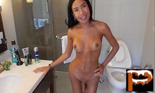 Boneca Ladyboy asiática magrinha se solta toda e se masturba muito gostoso no banheiro