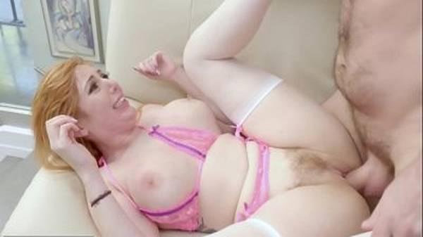 Branquinha rabuda loira de lingerie dando a buceta e o cú gostoso