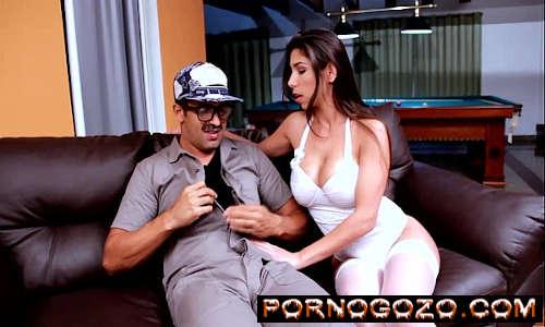 Brasileira gostosa de lingerie branca chupando e sentando na piroca do mecânico PornoGozo
