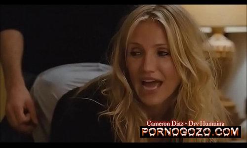 Cameron Diaz filme porno milf loira com a bunda empinada de quatro pro novinho na cama cheia de tesão