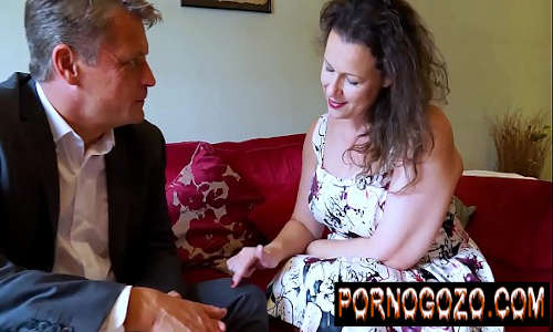 Casada madura no cio traindo o marido viado com o advogado do corno no sofá da sala