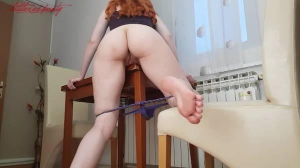Casada puta ruiva se esfregando no pau da mesa gozando muito