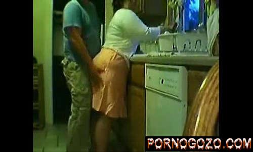 Caseiro faz xvidio gratis amador com a cozinheira coroa madura de saia rabudona