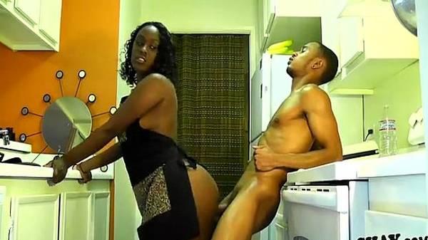 Caseiro preta lavando louça requebrando buceta na rola