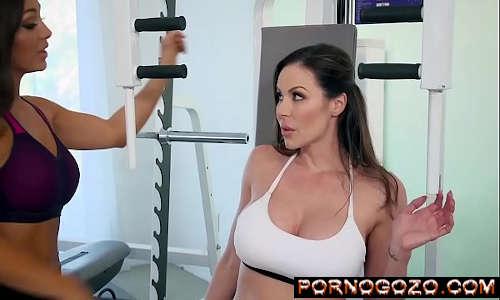 Cena da sessão 2 de Personal Trainers estrelando Abigail Mac Kendra Lust an PornoGozo