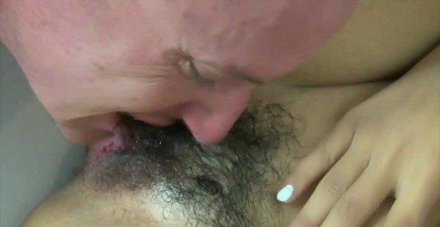 Chupando a buceta da novinha asiática peluda e metendo gostoso