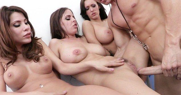 Comedor sarado enfrentando fila de bucetas de mulheres gostosas