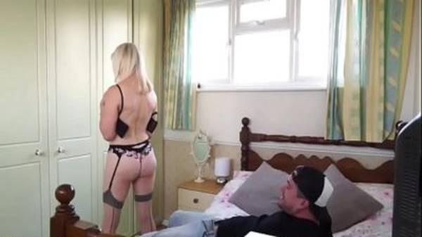 Comendo a mãe gostosa coroa loira rabuda de lingerie no quarto