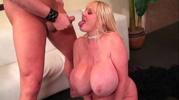 Comendo a mãe na sala com seios enormes gozando na boca