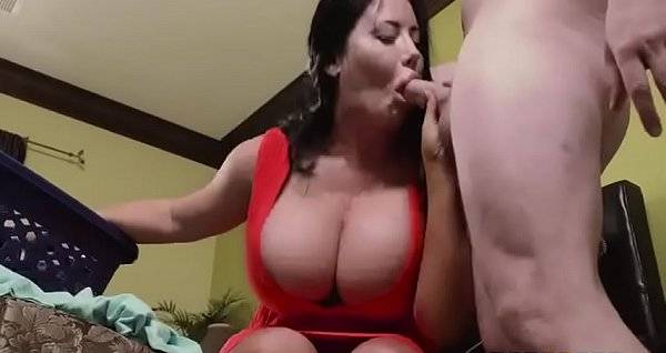 Comendo a madrasta gordinha dos peitões de vestido vermelho na faxina