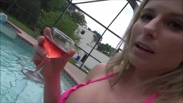 Comendo a madrasta loira bêbada depois da piscina na cama do pai