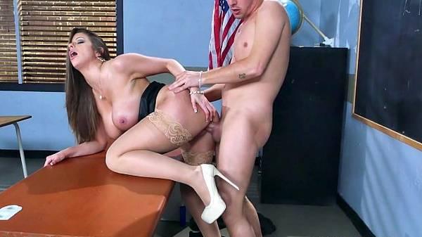 Comendo a professora gostosa sexy em aula de surra de sexo quente