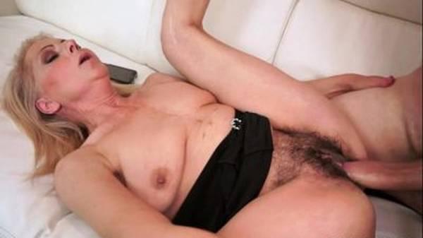 Comendo a vovó da buceta peluda na cama