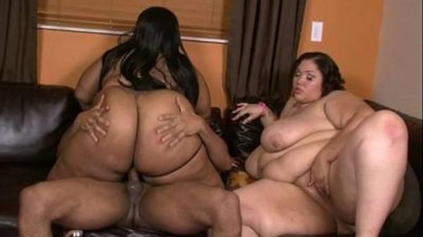 Comendo duas amigas gordas negras no sofá