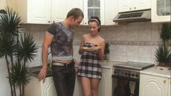 Comendo o cu da empregada novinha na cozinha