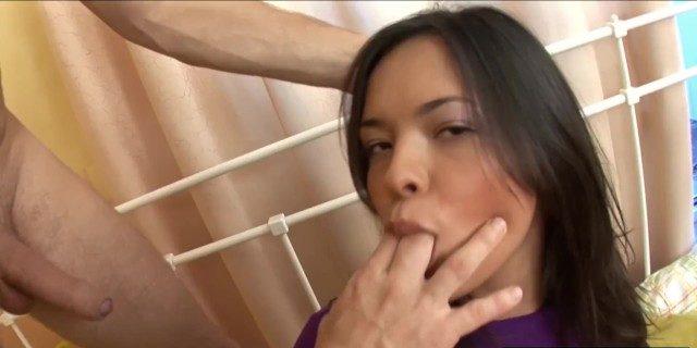 Comeu a prima novinha descendente asiática e gozou na boca dela