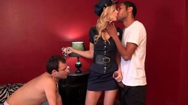Corno de coleira vendo a mulher vestida de policial com dotado