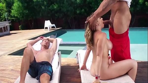 Corno dorme e esposa loira puta fica sem biquíni mamando o melhor amigo na beira da piscina