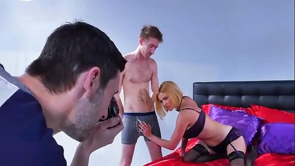 Corno fotógrafo tira fotos da esposa de lingerie pegando no pau de outro e trepando