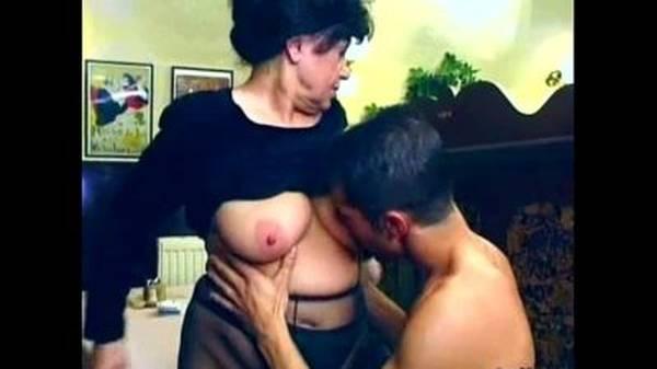 Corno vendo esposa coroa fudendo no primeiro encontro com novinho