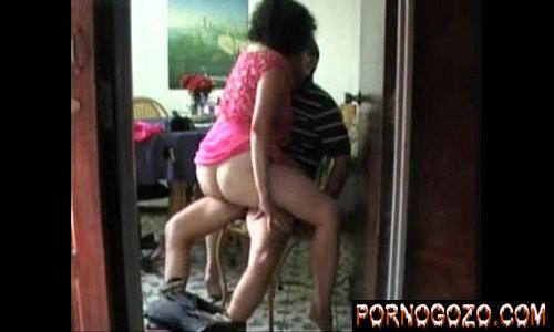 Coroa Velha vovó Transando com amigo novo do neto sentando de vestido rosa sem calcinha em cima da cadeira