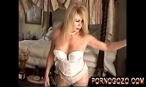 Coroa enxuta gostosa de lingerie branca com 65 anos de idade se exibindo provocando com tesão