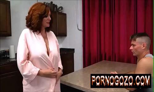 Coroa gostosa madrasta séria não resistiu e acabou experimentando um sexo com novinho enteado sedutor