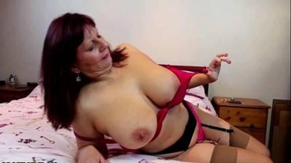 Coroa gostosa putona de lingerie se masturbando