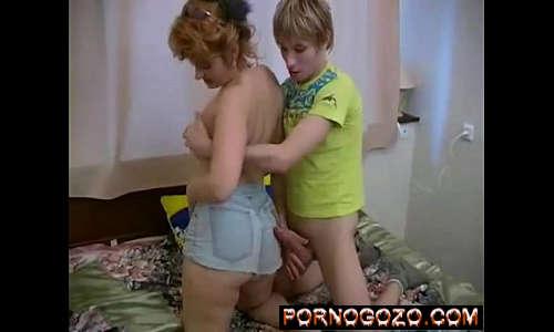 Coroa loira Ariella Ferrera chupando o pau do novinho loiro após provocar de shortinho curto jeans na cama
