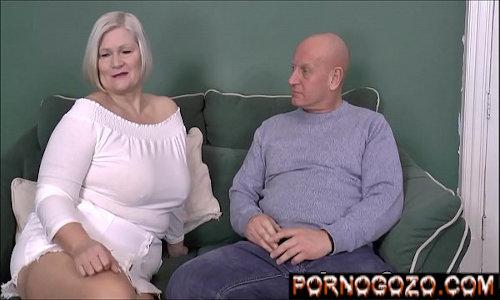 Coroa loira gorda branca seduzindo o safado careca antes da foda completa