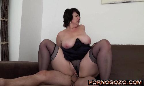 Coroa puta obesa caseira cavalgando com a sua bunda gorda em cima do novinho de lingerie