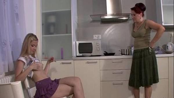 Coroa transando com namorada novinha na cozinha
