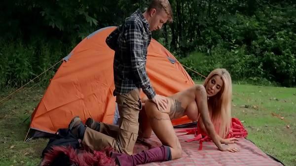 Cunhada loira puta acampa com cunhado só pra mostrar lingerie e transa no mato