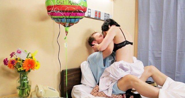Cunhada puta visita cunhado doente dando sexo quente como remédio