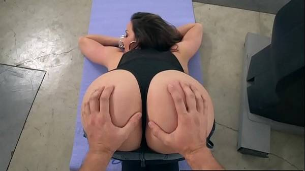 Cunhado passando a mão na bunda da gostosa durante exercício em casa que acaba em sexo anal