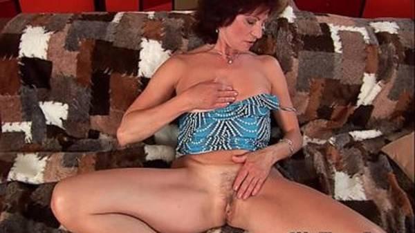 Dona de casa gostosa da buceta peluda apertada gozando muito