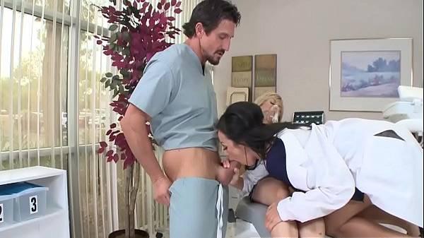 Doutora safada cuida da filhinha com asma e do papai com bastante sexo