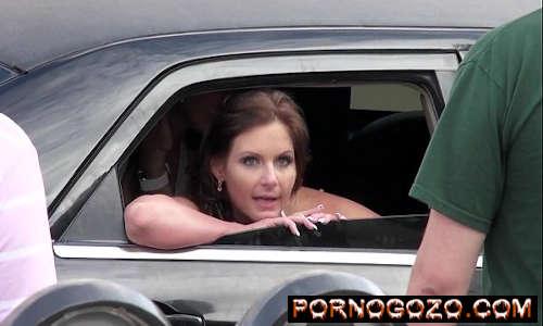 Duas garotas do prazer dirigem em uma limusine e conversam enquanto transam Porno Gozo