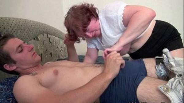 Empregada doméstica coroa gostosa dando pro filho do patrão