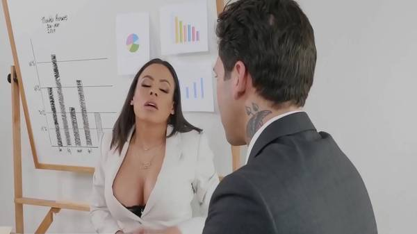 Empresária morena tesuda paga advogado novinho com sexo gostosão